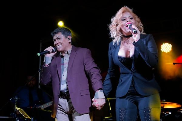 Álvaro Torres y Fernanda Rodríguez interpretando Buenos Amigos. El salvadoreño la cantaba con Selena.