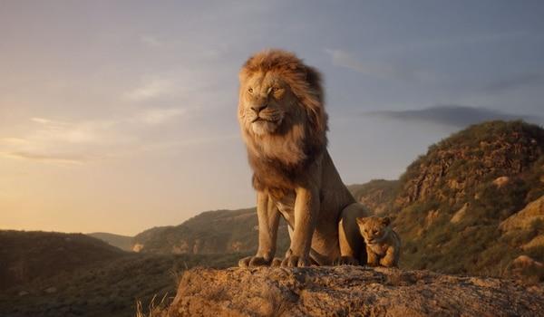 En el filme, Mufasa corrige con respeto a Simba y se muestra preocupado por su cachorro. Disney.