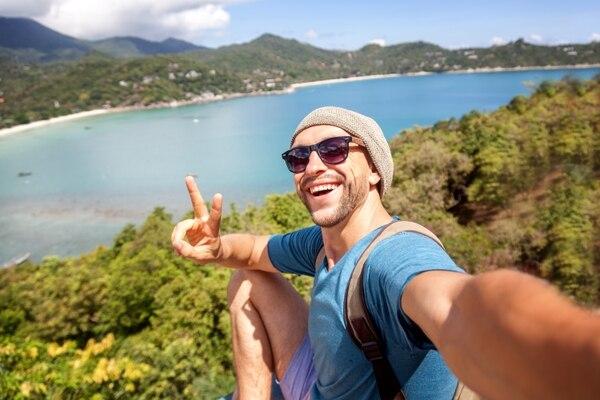 Los jóvenes de ahora prefieren viajar que pagar casa. Foto Shutterstock