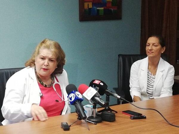 Guadalupe Maroto, jefa de Neonatología del hospital México, explicó los detalles del nacimiento de las cuatrillizas. También compatiró información Lucía Sandoval, jefa de Obstetricia. Foto: Jorge Castillo.