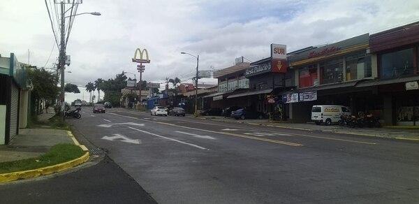 Así de desolada luce una de las principales calles de Pavas. Foto Bryan Castillo.