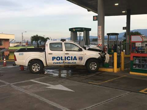 El chuzo estuvo a centímetros de chocar contra una de las máquinas dispensadoras de gasolina. Foto Cortesía.