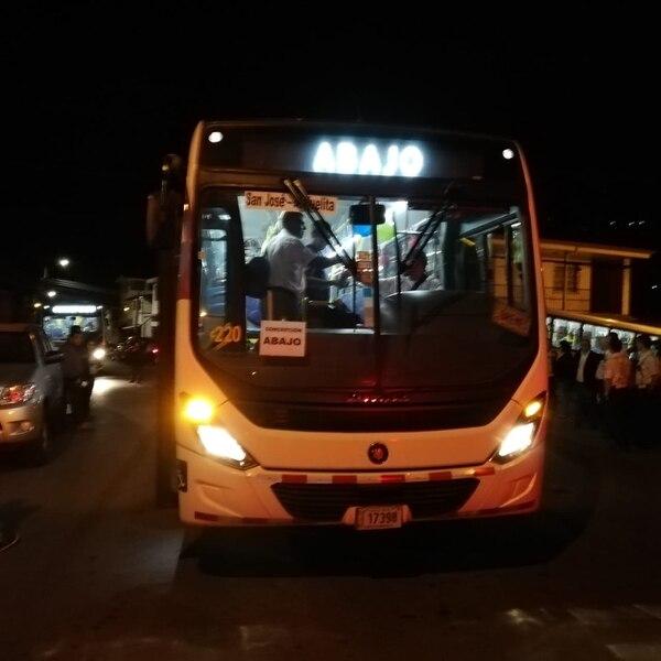 El primer bus de este 22 de febrero salió a las 4:15 de la mañana, ya le tocó ser uno nuevo y de la empresa Transportes Doscientos Cinco S.A. Foto Eduardo Vega Arguijo.