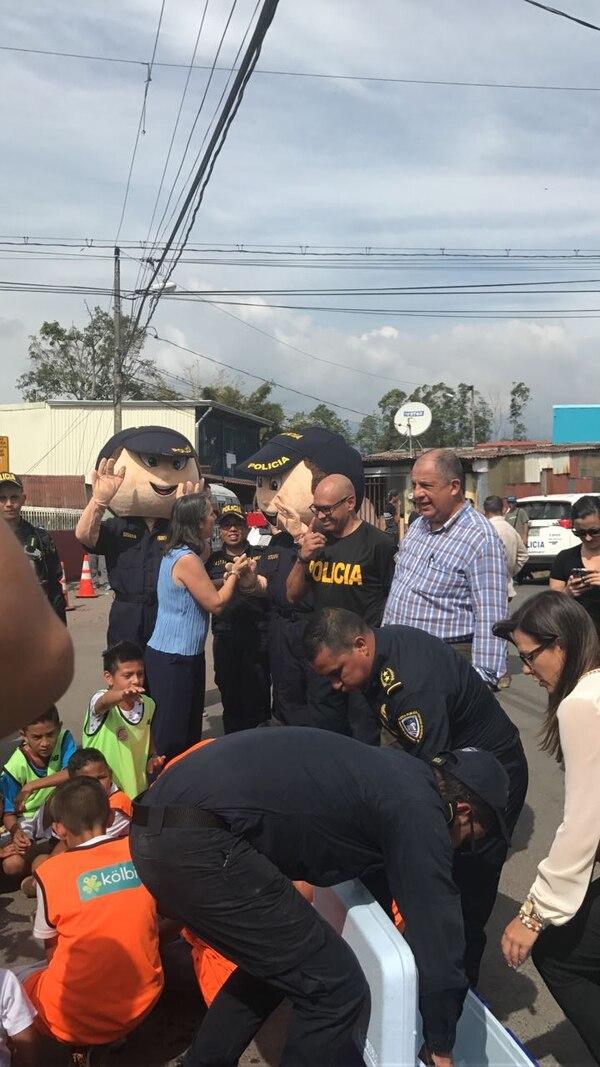 Los oficiales compartieron comida con los chiquitines. Foto: MSP.