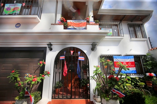 Es imposible pasar frente a la casa de doña Cristina y no contemplar la forma en la que decora para celebrar la Independencia. Rafael Pacheco.