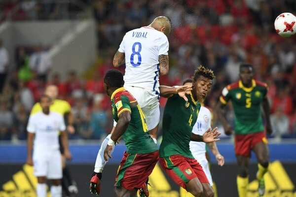 Impresionante salto de Arturo Vidal para adelantar a Chile contra Camerún. AFP