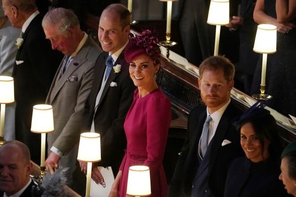Los príncipes Harry y Guillermo también tuvieron bodas pomposas. AP