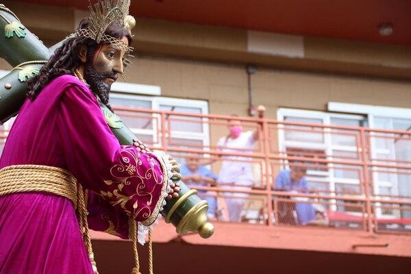 El Nazareno y los pacientes internados el Viernes Santo tuvieron su momento íntimo. Foto cortesía de Radio Fides.