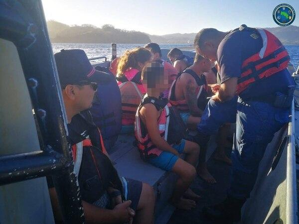 Las nueve personas al parecer eran familia, vivieron un milagro al hundirse la embarcación en la que iban. Foto: MSP