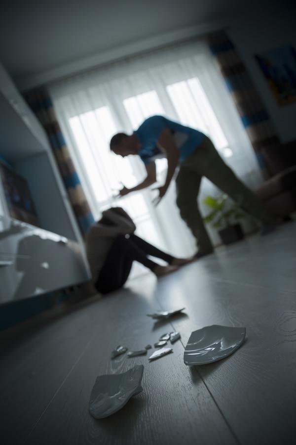 Hasta finales de marzo, a pesar de la cuarentena nacional, la violencia intrafamiliar no ha aumentado sus reporte al 9-1-1. Foto Shutterstock.