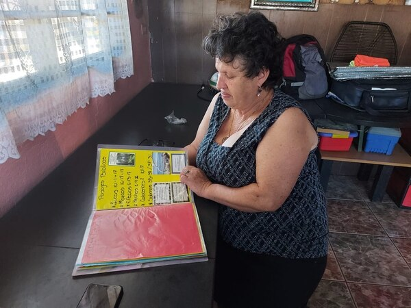 Doña Exilia, mamá de Enrique Sáenz Valverde guarda como un tesoro los recuerdos del milagro de su hijo. Foto: Alejandra Portuguez