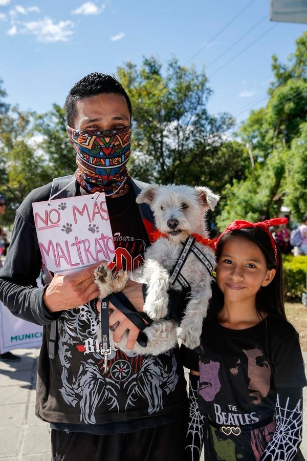 Juan Carlos Muñoz y su hija Tammy Paniagua asistieron con Yuyú para pedir que se cumpla la ley. Fotos: Mayela López