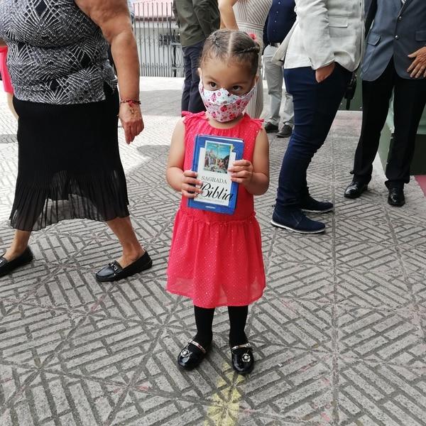 Esta belleza se llama Francesca Quesada, tiene tes añitos y fue la encargada de llevar La Biblia. Foto Eduardo Vega Arguijo.
