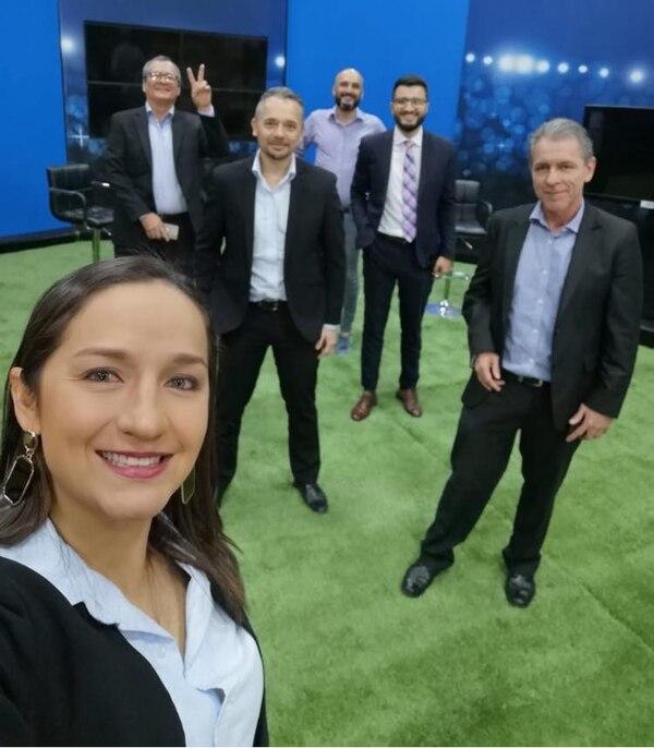 Esta es la última foto que se tomó el grupo en el estudio de Teletica. Facebook.