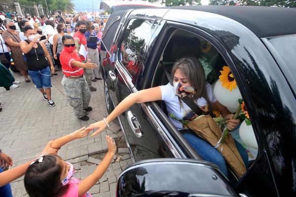 Muchas personas le dieron muestras de cariño a doña Yendry. Foto: Rafael Pacheco