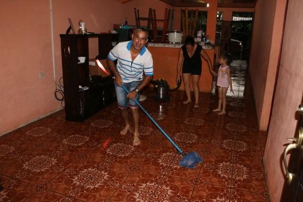Don Oliver le tuvo que poner bonito para sacar el agua de su vivienda en El Bajillo. Foto: Reiner Montero