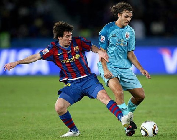 A pesar de que en algún momento marcó a Messi, Andrés tal vez no quiera recordar nunca aquel autogol. Foto: Twitter