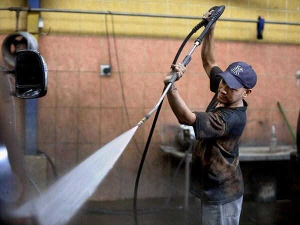 Fredy Dávila lava un automovil haciendo uso de una hidrolavadora ./Pablo Montiel