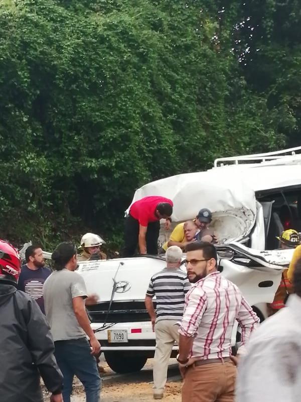 Varias personas se acercaron para ver cómo podían ayudar al hombre.. Foto Cortesía.