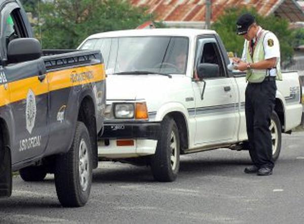 Los conductores se llevan un multón por manejar con la licencia vencida Foto: Rafael Pacheco