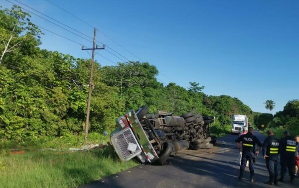 Uno de los cabezales se volcó cuando el conductor se mareó. Foto: A. Quesada