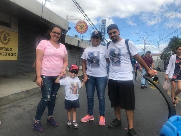 Natalia Salazar, junto a su hijo Isaac, su suegra Silvia Hernández y su esposo Juan Alejandro González caminaron ayer hacia el santuario de Alajuelita. Foto Shirley Sandí.