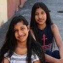Las siamesas Fiorella (azul) y Yurelia Arias Rocha de 13 años siguen en el proceso de su recuperación. Fotografía: Graciela Solís