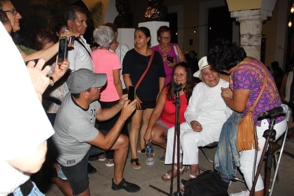 La gente lo busca para saludarlo y tomarse fotos con él. Foto: cortesía Ayuntamiento de Mérida