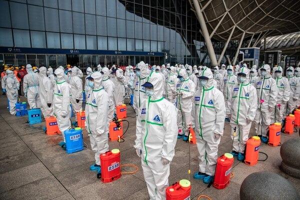 En Wuhan, ciudad china en la que inició el virus, han tomando medidas demasiado drásticas, pero solo así. Foto AFP