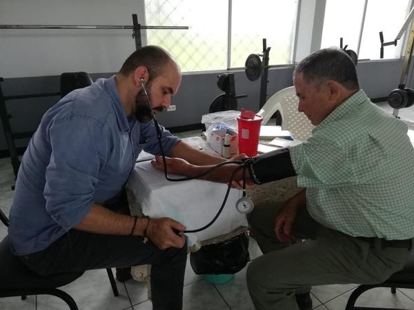 El doctor Alfredo Esquivel le toma la presió a don Mario, ese fue el primer examen que tuvo que pasar el diabético. Cortesía.