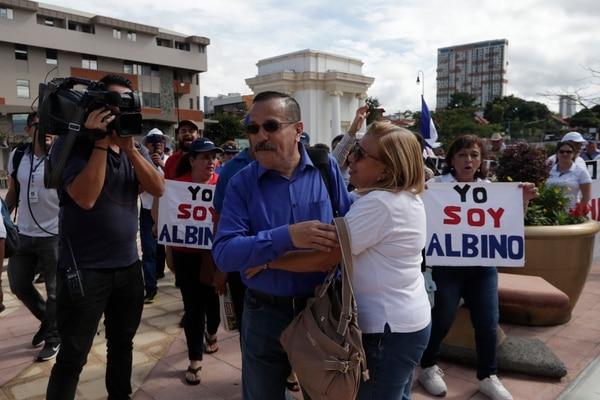 Besos, abrazos, pancartas y aplausos, fue lo que recibió a Albino Vargas a su llegada a declarar. Foto José Cordero.
