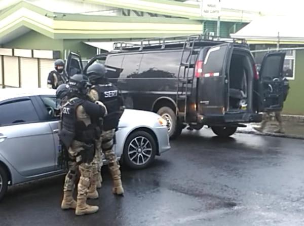 Los oficiales del Sert fueron los encargados de capturar a los cobradores. Foto: Alejandra Portuguez