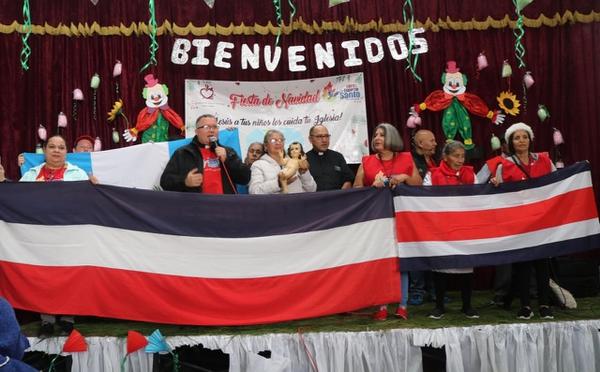 Las banderas de Tiquicia y Guatemala se dieron la mano por quinto año consecutivo alrededor de la Navidad. Cortesía.