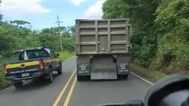 Ver a tráficos rayar a un camión en línea amarilla y en curva deja a chofer indignado