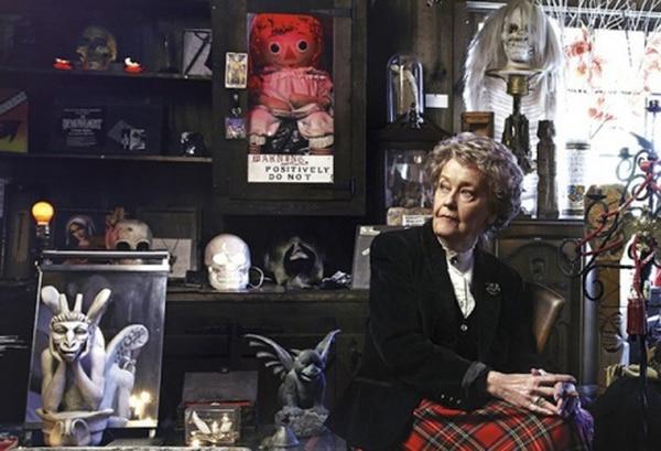 Lorraine Warren posa en su Museo de lo Oculto antes de fallecer el año pasado. Cortesía.