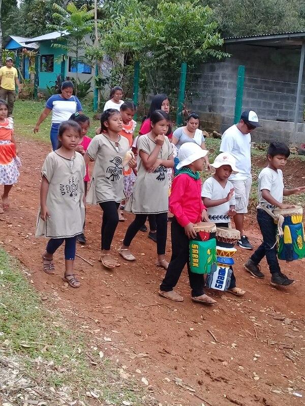 Desfile del 15 de setiembre en el territorio indígena Salitre. Cortesía Mep.