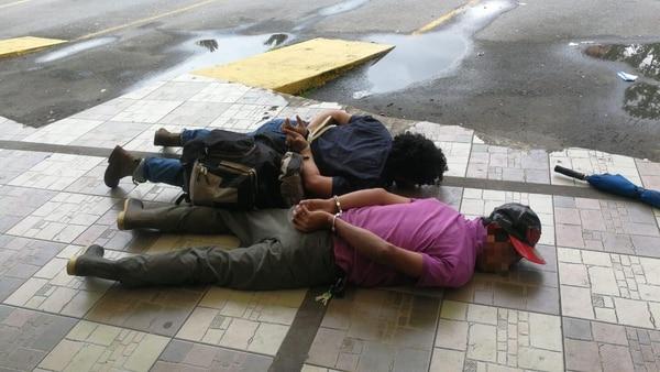 Los dos sujetos fueron detenidos la mañana de este viernes en la parada de buses de Río Cuarto. Foto cortesía OIJ.