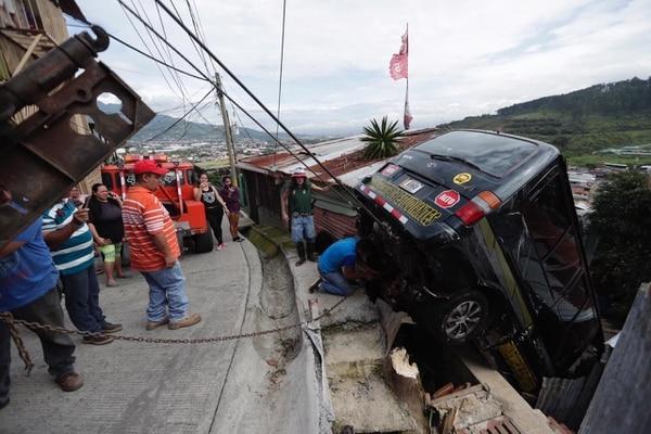 12/06/2019 Buseta cayó sobre casa en Los Guido de Desamparados. Foto: José Cordero.