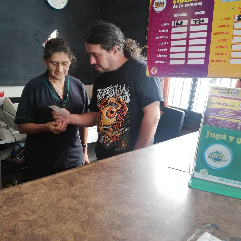 En el Restaurante Doña Juani, frente a la muni de San José, se vendió el pasado 10 de junio el lotto que un día después le dio 247,8 millones de colones a una muchacha de 24 años que creyó que se había pegado solo diez mil colones, pero en el restaurante le dijeron que eran millones lo que había ganado. En la foto doña Juanita Batres junto a su hijo Luis Flores Batres.