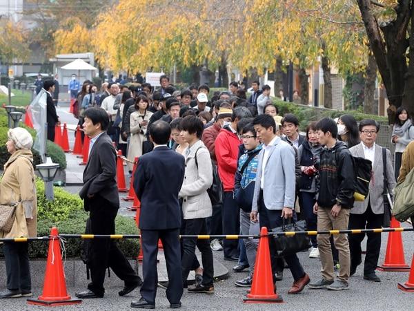 Como si fuera toda una película de misterio, los japoneses hicieron largas filas en los tribunales para escuchar el final del juicio./AFP