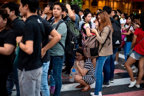 La gente se tiró a la calle después del fuerte terremoto. Foto AFP.