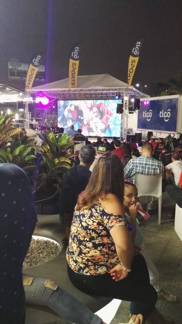 En la entrada del City Mall en Alajuela había una pantalla gigante instalada por la gente de Tigo. Foto: Cortesía.