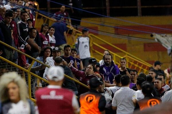 Este lamentable espectáculo, en el estadio Eladio Rosabal Cordero, fue entre los mismos integrantes de la Ultra. Universitarios recibió al Saprissa.