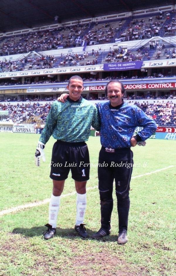 Erick Lonis y Marco Antonio Rojas, dos referentes del marco morado, el 3 de octubre de 1996. Cortesía.