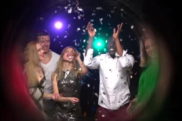 Este anuncio de la Caja arranca con jóvenes en un puro fiestón. Captura de pantalla.