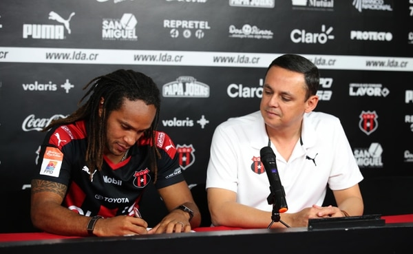 El diciembre anterior, Ocampo amplió el contrato del delantero Jonathan Mcdonald. Fotografia: Graciela Solis