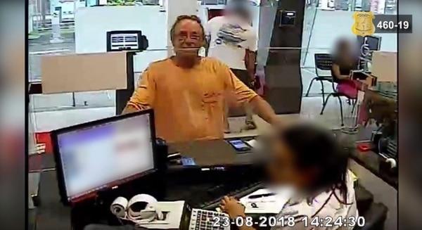 El gringo no se mostró preocupado o asustado cuando llegó a sacar el dinero. Captura de pantalla.