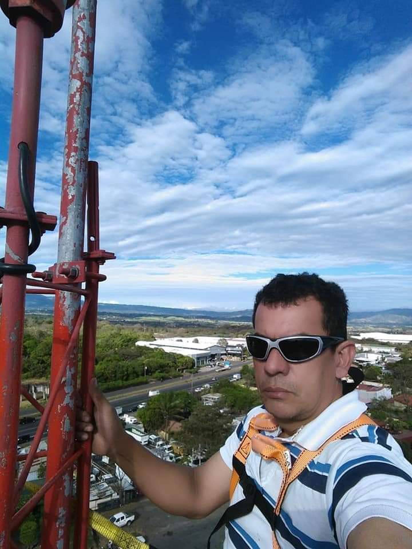 Franklin Méndez Hernández, de la empresa Innovación Electromecánica, quien ya tiene como 10 años de subir al Irazú a darle mantenimiento a varias torres