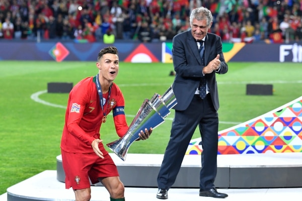 El técnico Fernando Santos ve celebrar a la estrella del conjunto luso. AP