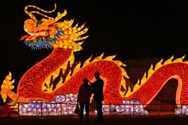 Sin importar el animal del año, el dragón no puede faltar a la fiesta.(Photo by Hector RETAMAL / AFP)